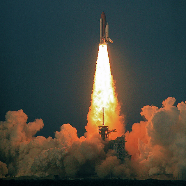 The Space Shuttle Endeavour launching in 2007, carrying astronauts into space and back. By 2027 Mars One plans to send colonists on a one-way journey to Mars. Image: Shuttle Endeavour Blastoff by Steve Jurvetson licensed under creative commons via flickr.